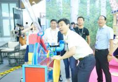 深圳南山区领导莅临视察奥雅文博会展区 体验亲子互动装置