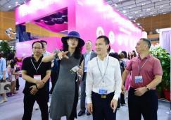 深圳南山区区长曾湃先生莅临视察奥雅文博会展区